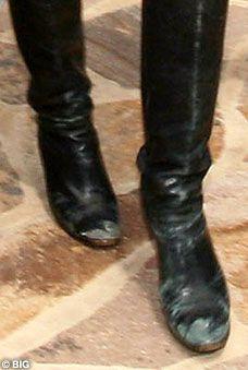 Bu çizmeler, son dönemlerde gündemden düşmesine rağmen hala en çok kazanan modeller arasında yer alan Kate Moss'a ait. Dün, Los Angelas sokaklarında alışveriş yaparken görüntülenen ünlü modelin, çizmelerini yenileme zamanı geldi de geçiyor bile!